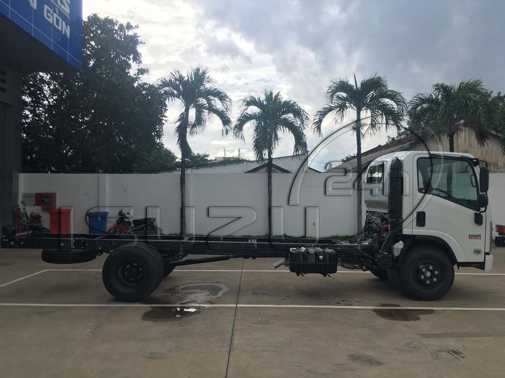 Bên hông xe tải Isuzu 5 tấn NQR 550 thùng dài 6.2m