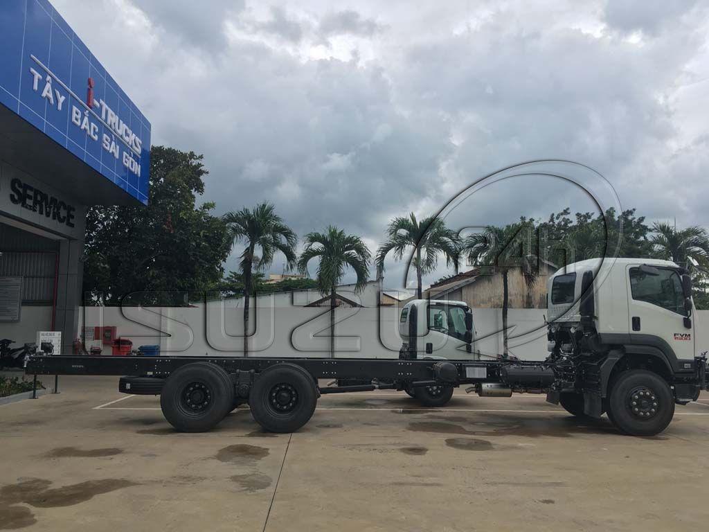 Góc nhìn ngang xe tải Isuzu 15 tấn FVM 1500