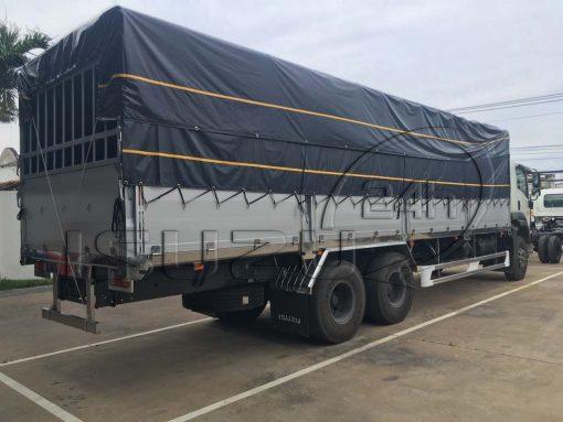 Phía sau bên phụ xe tải Isuzu 15 tấn FVM 1500 thùng mui bạt bửng nhôm