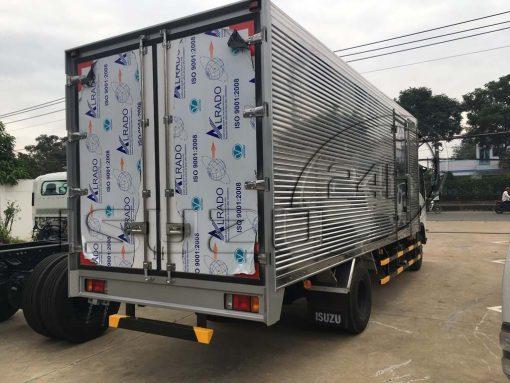 Phía sau bên phụ xe tải Isuzu 5 tấn NQR 550 thùng kín inox dài 6.2m