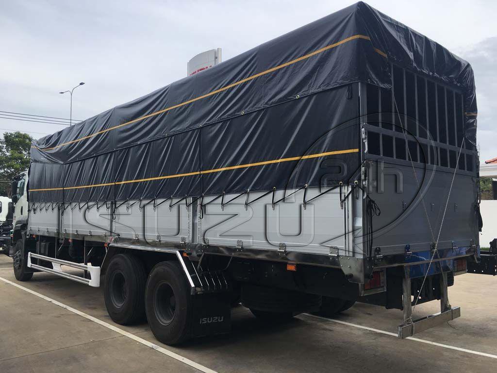 Phía sau bên tài xe tải Isuzu 15 tấn FVM 1500 thùng mui bạt bửng nhôm