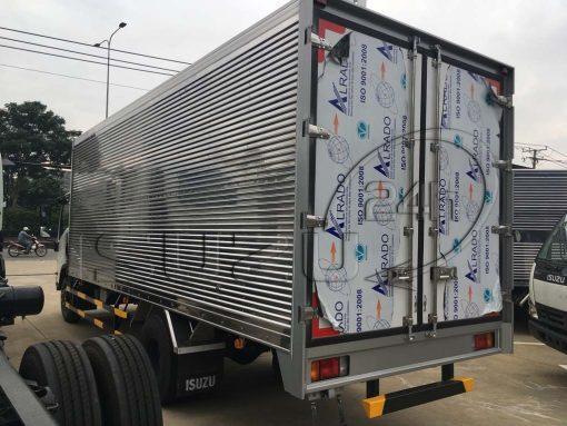 Phía sau bên tài xe tải Isuzu 5 tấn NQR 550 thùng kín inox dài 6.2m