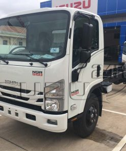 Phía trước cabin bên tài xe tải Isuzu 5 tấn NQR 550 thùng dài 6.2m