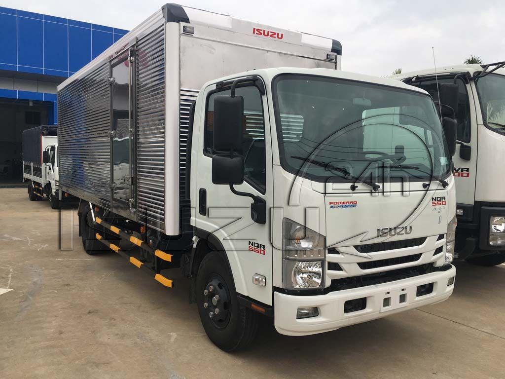 Phía trước cabin xe tải Isuzu 5 tấn NQR 550 thùng kín inox dài 6.2m