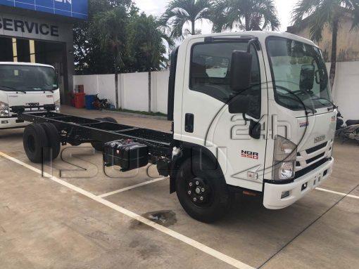Phía trước cabin xe tải Isuzu 5 tấn NQR 550 thùng dài 6.2m