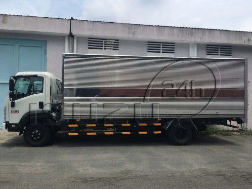 Góc nhìn ngang Xe tải Isuzu FRR 650 6t thùng kín inox dài 6m7