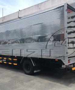 Góc nhìn phía sau thùng Xe tải Isuzu FRR 650 6t thùng kín inox dài 6m7