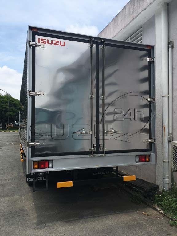 Phía sau thùng Xe tải Isuzu FRR 650 6t thùng kín inox dài 6m7