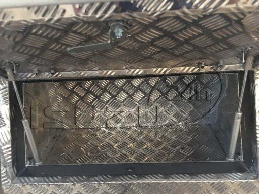 Bên trong thùng đồ nghề có ti thủy lực xe tải Isuzu 1t9 thùng đông lạnh Quyền Auto