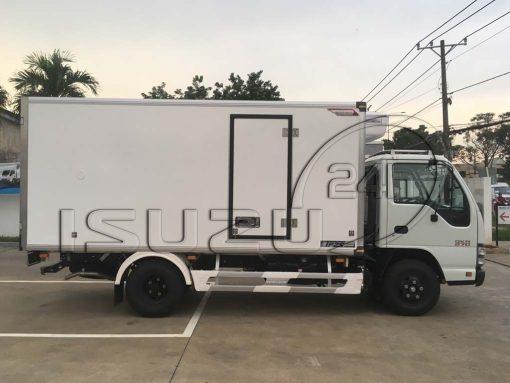 Góc nhìn ngang xe tải Isuzu 1t9 thùng đông lạnh Quyền Auto