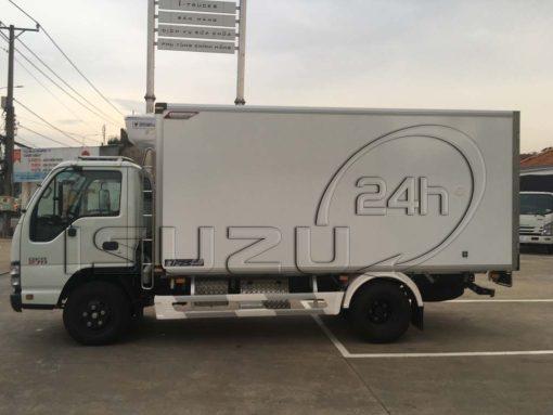 Góc nhìn ngang bên tài xe tải Isuzu 1t9 thùng đông lạnh Quyền Auto