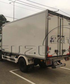 Góc nhìn phía sau thùng bên tài xe tải Isuzu 1t9 thùng đông lạnh Quyền Auto