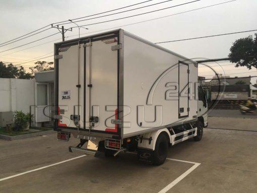 Góc nhìn phía sau thùng bên phụ xe tải Isuzu 1t9 thùng đông lạnh Quyền Auto