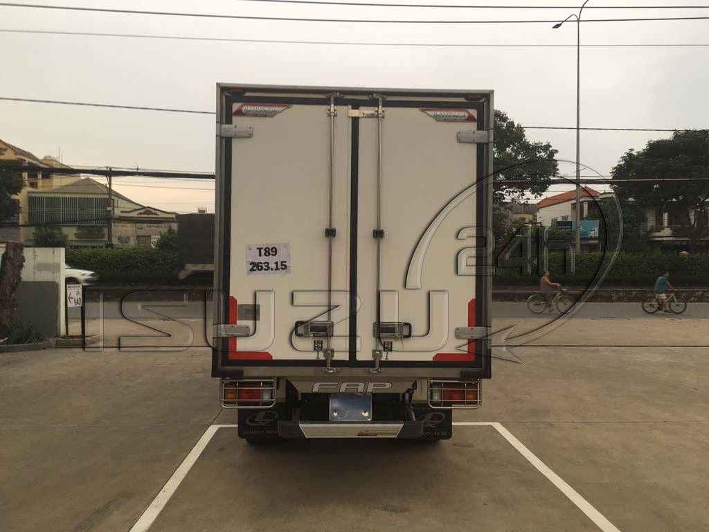 Góc nhìn phía sau thùng xe tải Isuzu 1t9 thùng đông lạnh Quyền Auto