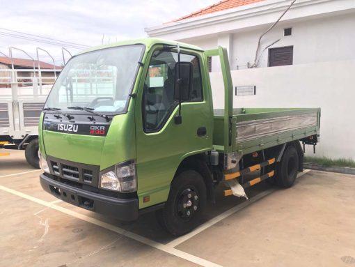 Góc nhìn bên tài xe tải Isuzu 2t4 QKR 230 thùng 3m6