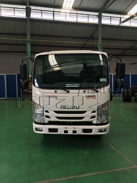 Phía trước xe tải Isuzu 1T9 đầu vuông nhập Nhật NMR 310