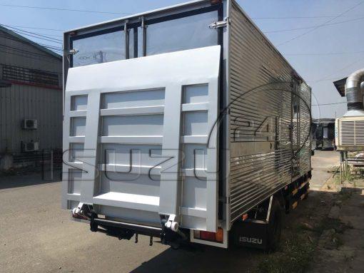 Xe tải Isuzu NQR 550 5 tấn thùng kín inox bửng nâng hạ hàng thủy lực