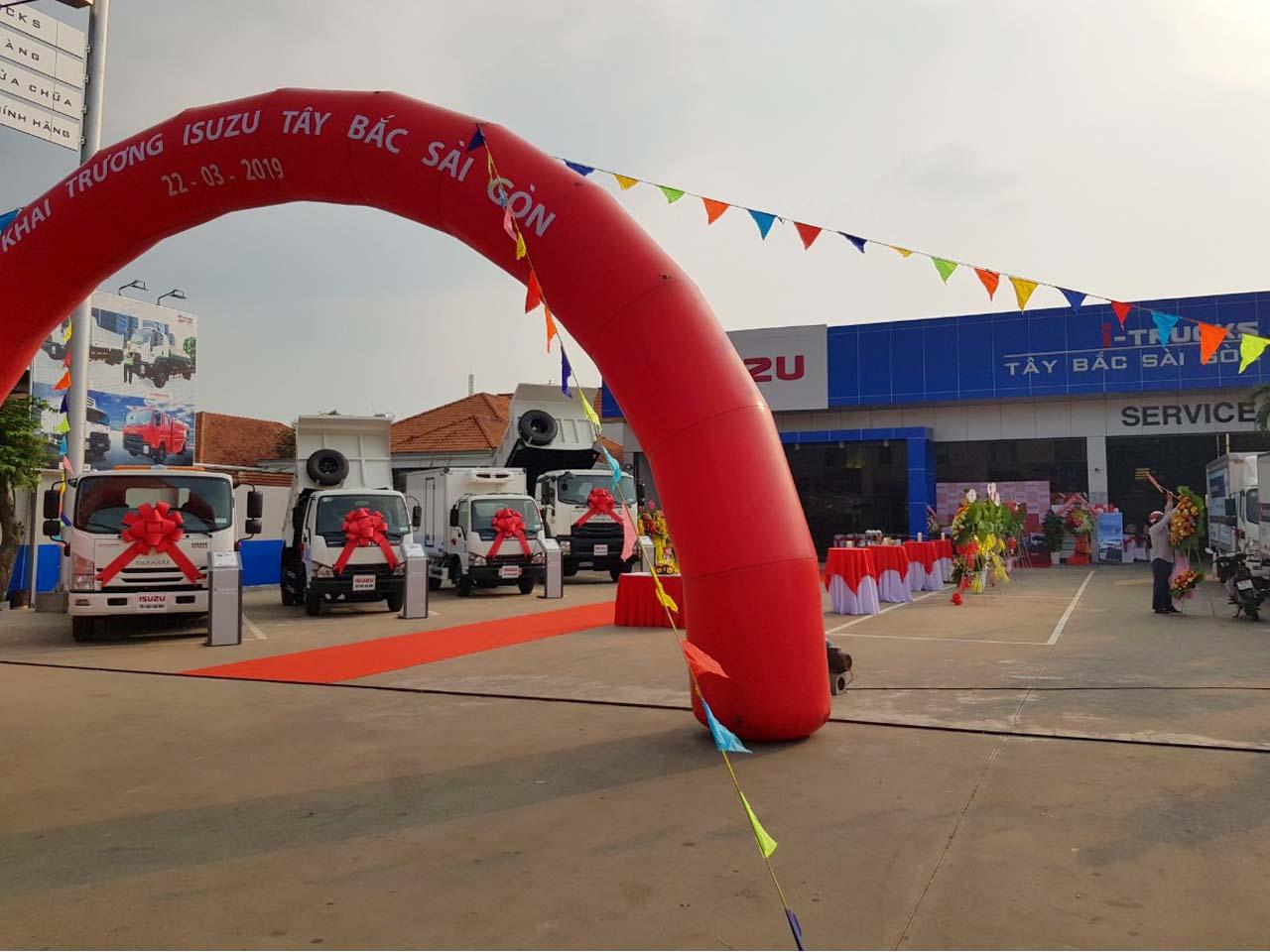 Cổng chào khai trương đại lý Isuzu Hóc Môn I-Trucks Tây Bắc Sài Gòn