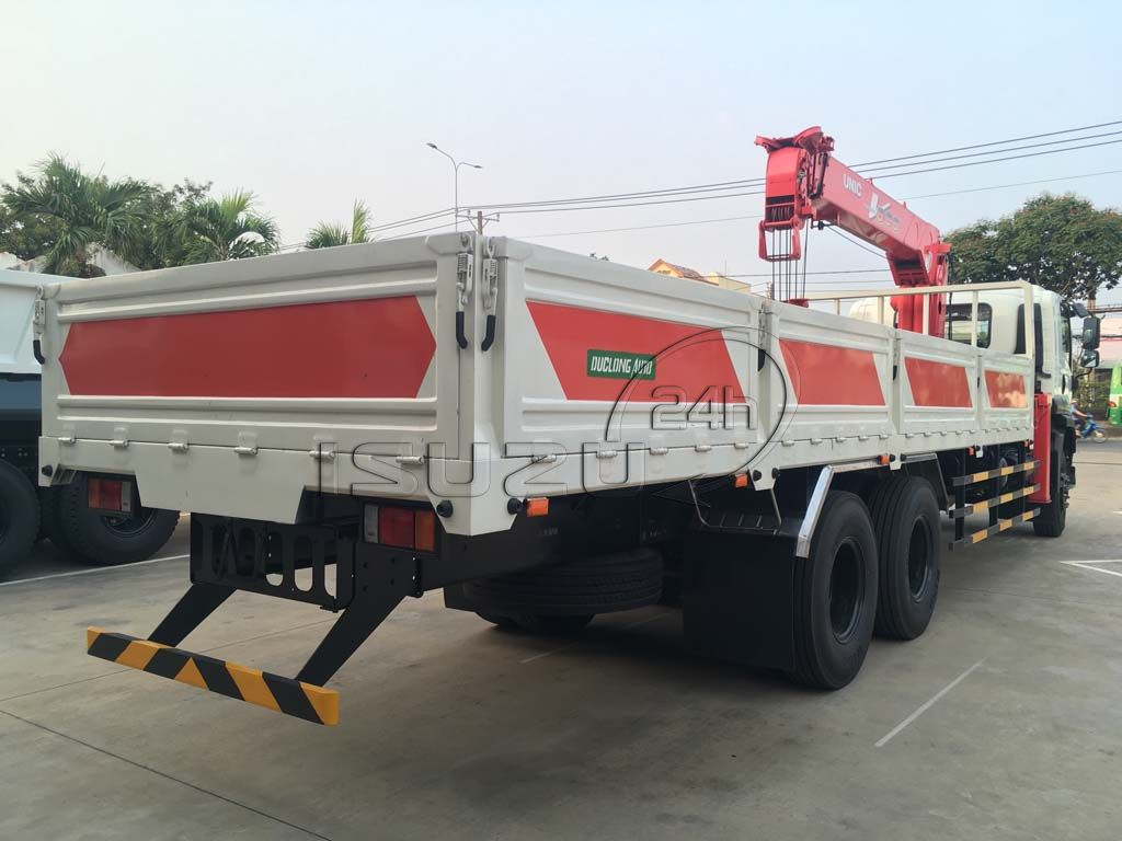 Phía sau xe tải Isuzu 15 tấn FVM 1500 thùng lửng gắn cẩu Unic 800 8 tấn 4 khúc