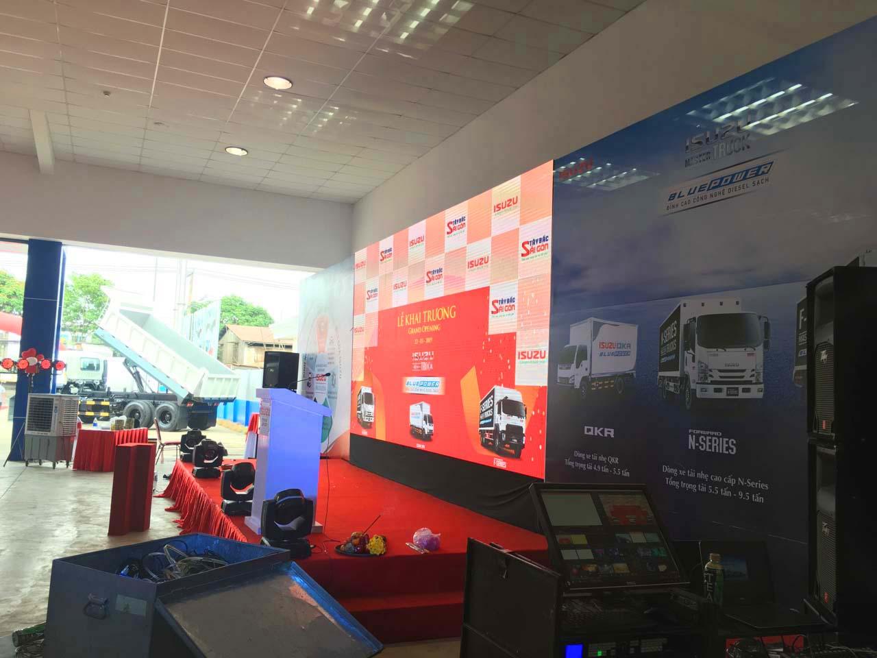 Chuẩn bị sân khấu khai trương đại lý Isuzu Hóc Môn I-Trucks Tây Bắc Sài Gòn