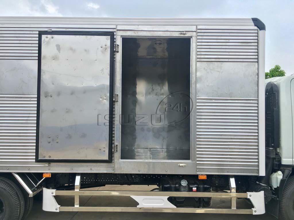 Cửa hông khi mở xe tải Isuzu 5T NQR 550 thùng kín full Inox