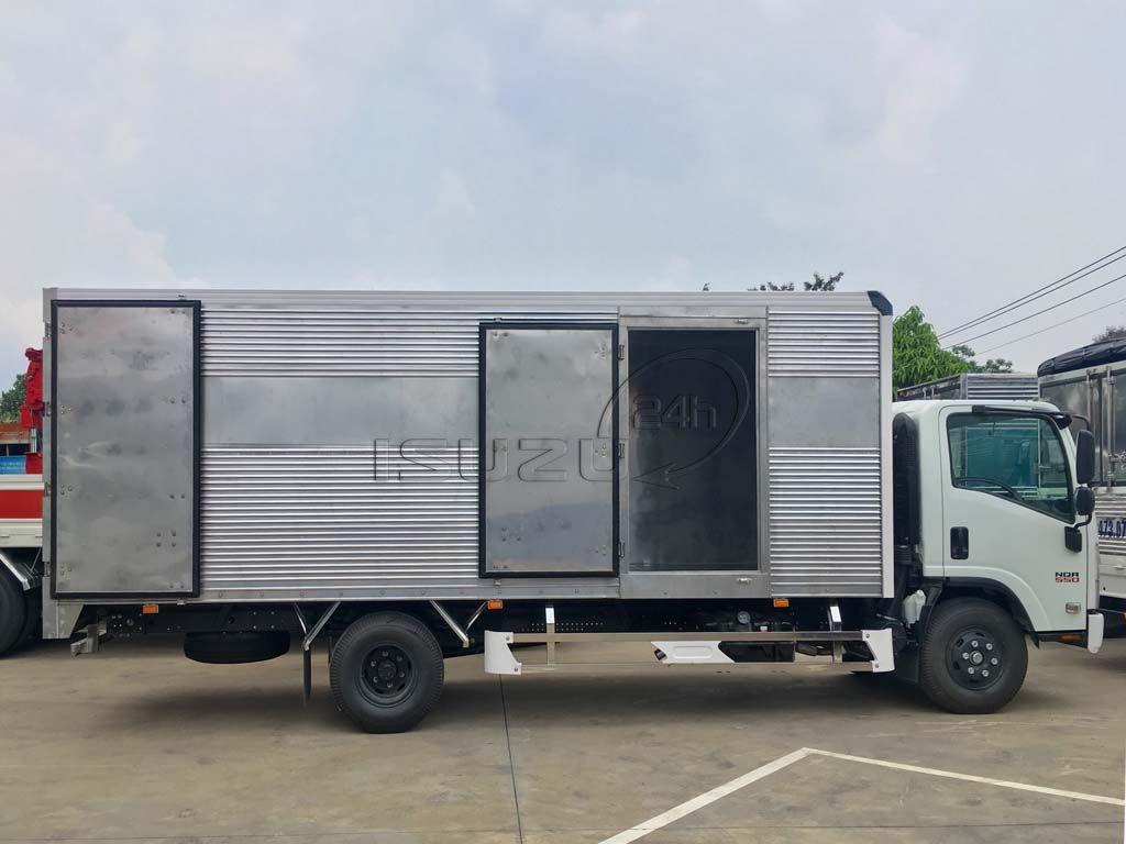 Góc nhìn ngang xe tải Isuzu 5T NQR 550 thùng kín full Inox