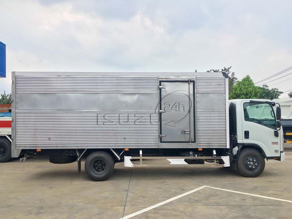 Góc nhìn ngang thùng xe tải Isuzu 5T NQR 550 thùng kín full Inox