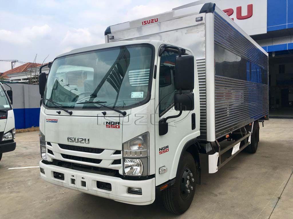 Phía trước xe tải Isuzu 5T NQR 550 thùng kín full Inox