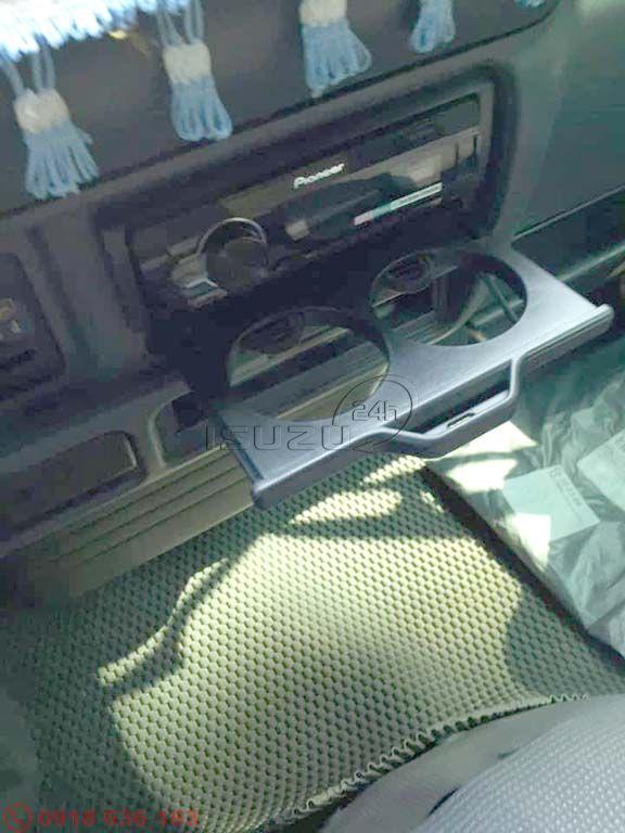 Khay đựng ly nước trong cabin xe tải Isuzu QKR đầu tròn (ảnh khách Review)