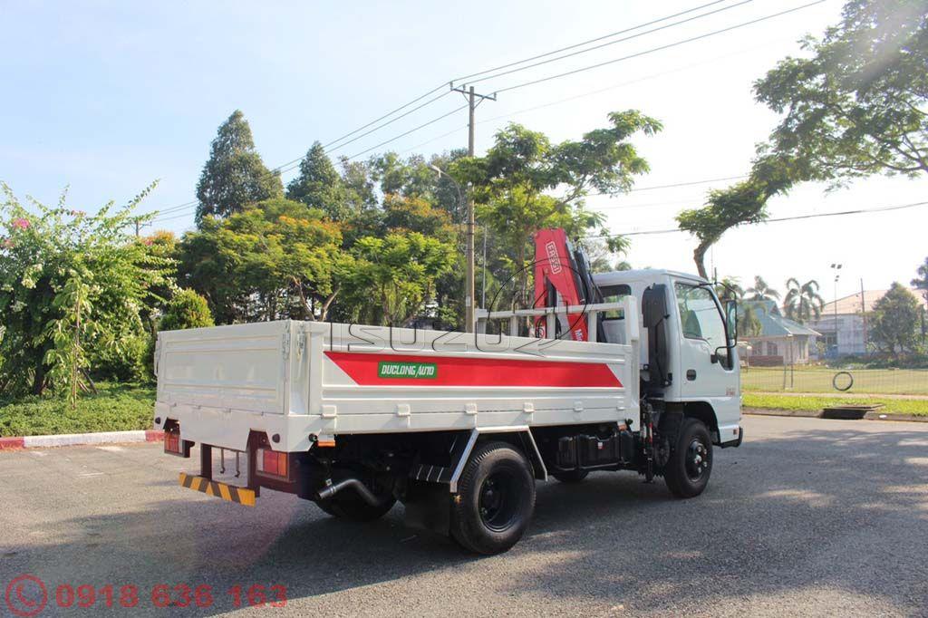 Xe tải Isuzu QKR 2.4 tấn gắn cần cẩu xếp Fassi 2 tấn