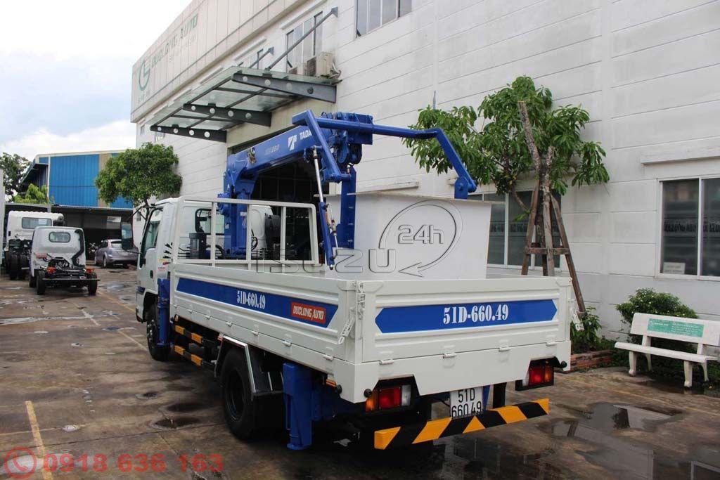 Xe tải Isuzu QKR gắn cần cẩu có rổ nâng người làm việc trên cao