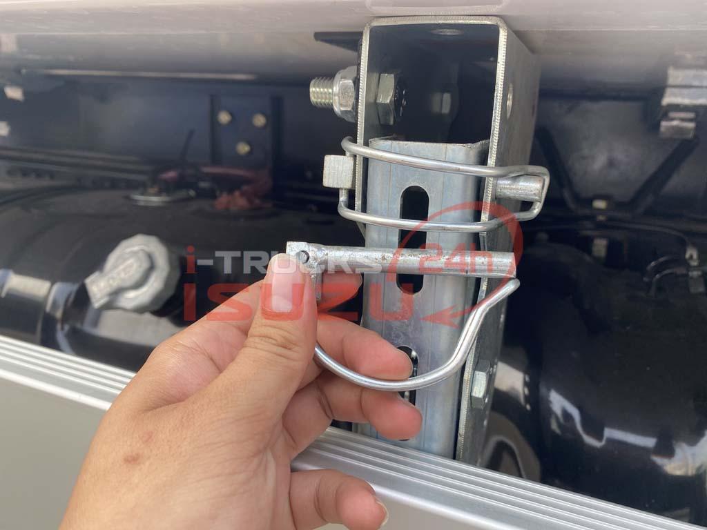 Cấu tạo, hoạt động của chốt mở cản hông của xe tải Isuzu QKR 270 thùng đông lạnh Lamberet sử dụng máy lạnh Carrier Citimax 700 nhiệt độ -18 độ C