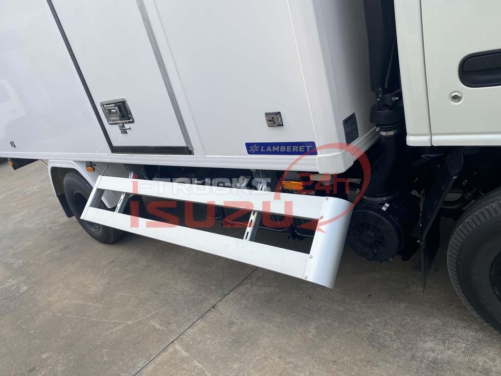 Cản hông có thể mở lên giúp dễ dàng bảo dưỡng, sửa chữa của xe tải Isuzu QKR 270 thùng đông lạnh Lamberet sử dụng máy lạnh Carrier Citimax 700 nhiệt độ -18 độ C