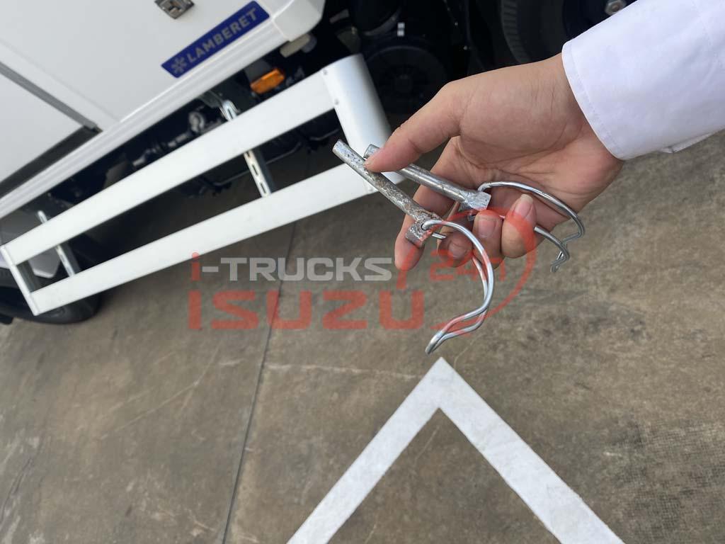 Chốt mở cản hông của xe tải Isuzu QKR 270 thùng đông lạnh Lamberet sử dụng máy lạnh Carrier Citimax 700 nhiệt độ -18 độ C