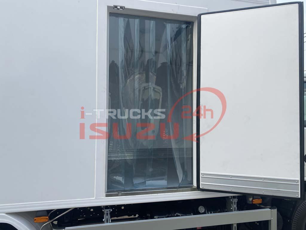Cửa bên hông thùng với màn silicon chống thoát nhiệt trên xe tải Isuzu QKR 270 thùng đông lạnh Lamberet sử dụng máy lạnh Carrier Citimax 700 nhiệt độ -18 độ C