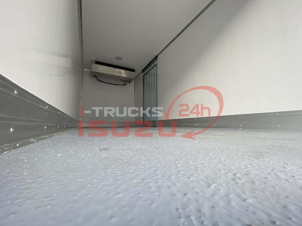 Sàn composite giả đá có tác dụng chống trơn trượt bên trong thùng xe tải Isuzu QKR 270 thùng đông lạnh Lamberet sử dụng máy lạnh Carrier Citimax 700 nhiệt độ -18 độ C