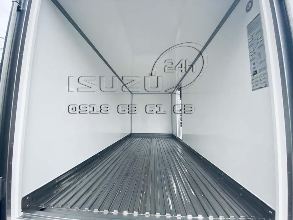 Bên trong thùng xe tải Isuzu QKR270 Thùng Kín Bảo Ôn Quyền Auto F2LB