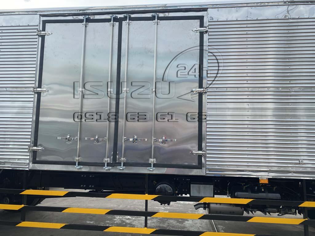 Cửa hông thùng hàng xe isuzu 8 tấn thùng 9m6