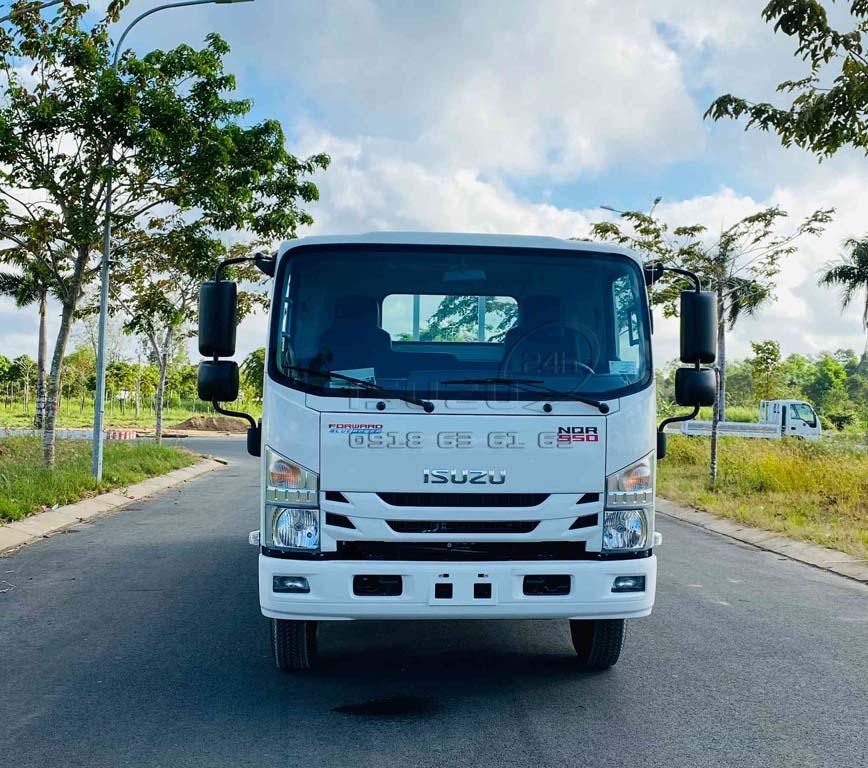 Phía trước cabin xe tải Isuzu 5 tấn NQR550 thùng lửng 6 mét