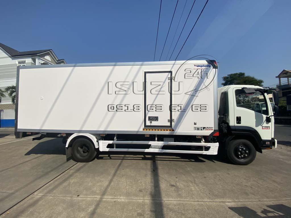 Góc nhìn ngang bên phụ xe tải Isuzu 6T5 FRR650 thùng bảo ôn composite