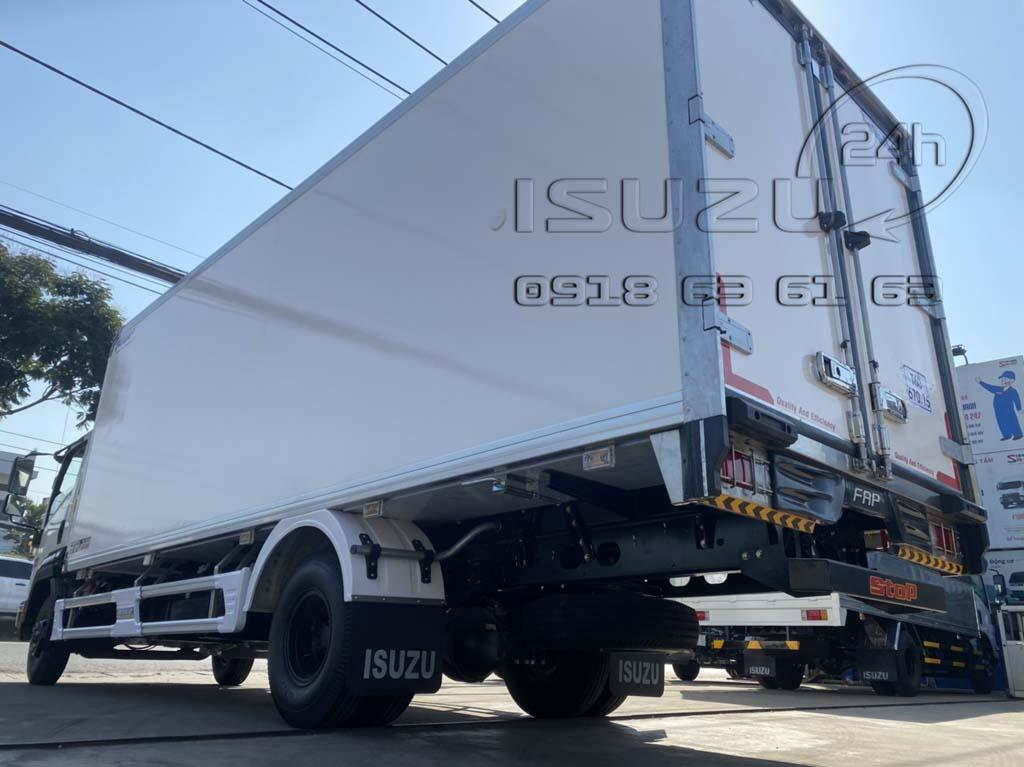 Phía sau bên tài xe tải Isuzu 6T5 FRR650 thùng bảo ôn composite
