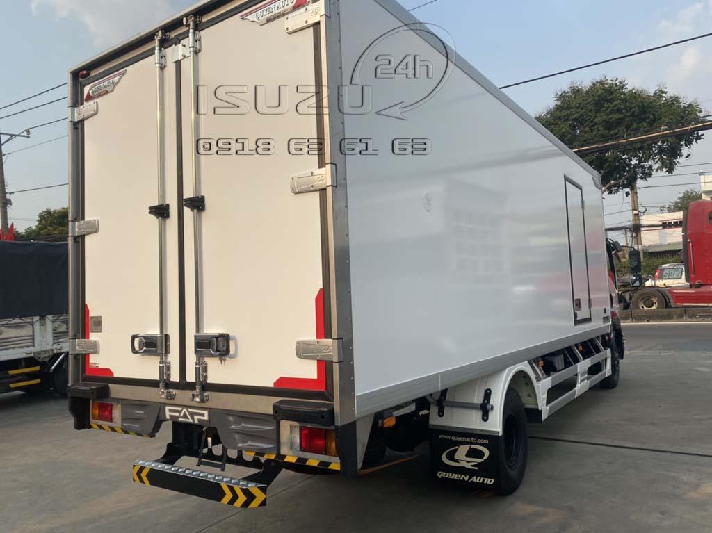 Góc nhìn phía sau bên phụ Xe tải Isuzu FRR 650 đông lạnh thùng Quyền Auto