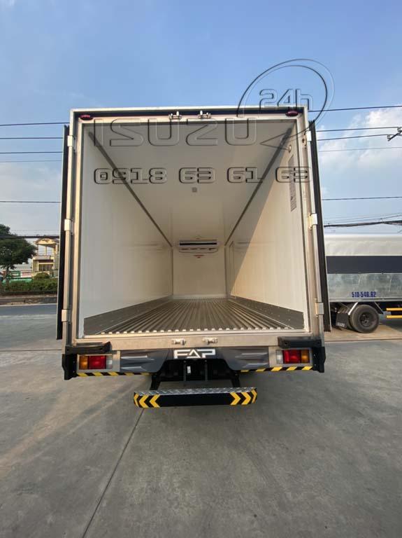 Bên trong thùng Xe tải Isuzu FRR 650 đông lạnh thùng Quyền Auto