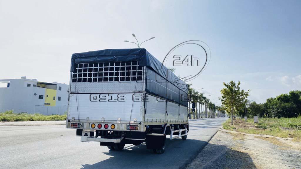 Phía sau bên phụ xe tải Isuzu FRR 650 6T5 thùng mui bạt bửng nhôm full inox 6t5