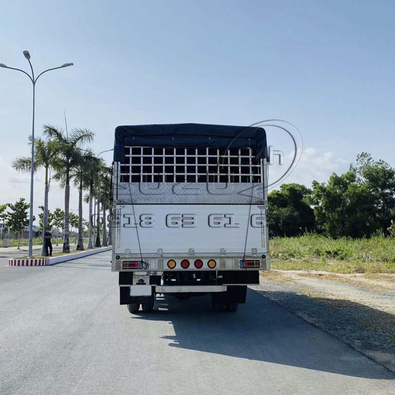 phía sau xe tải Isuzu FRR 650 6T5 thùng mui bạt bửng nhôm full inox 6t5