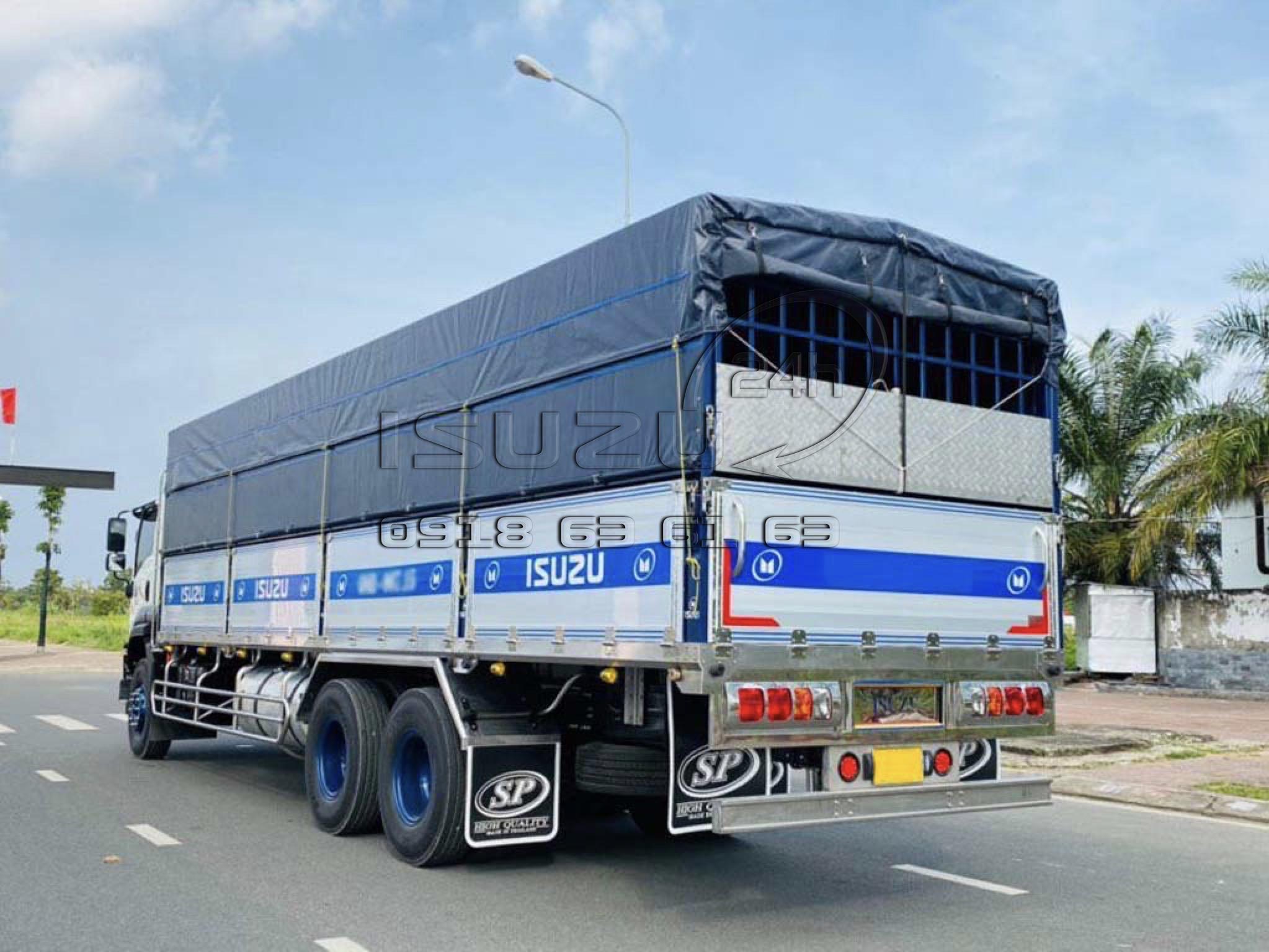 Góc nhìn sau bên tài xe tải isuzu fvm 1500 mui bạt bửng nhôm 15 tấn full inox