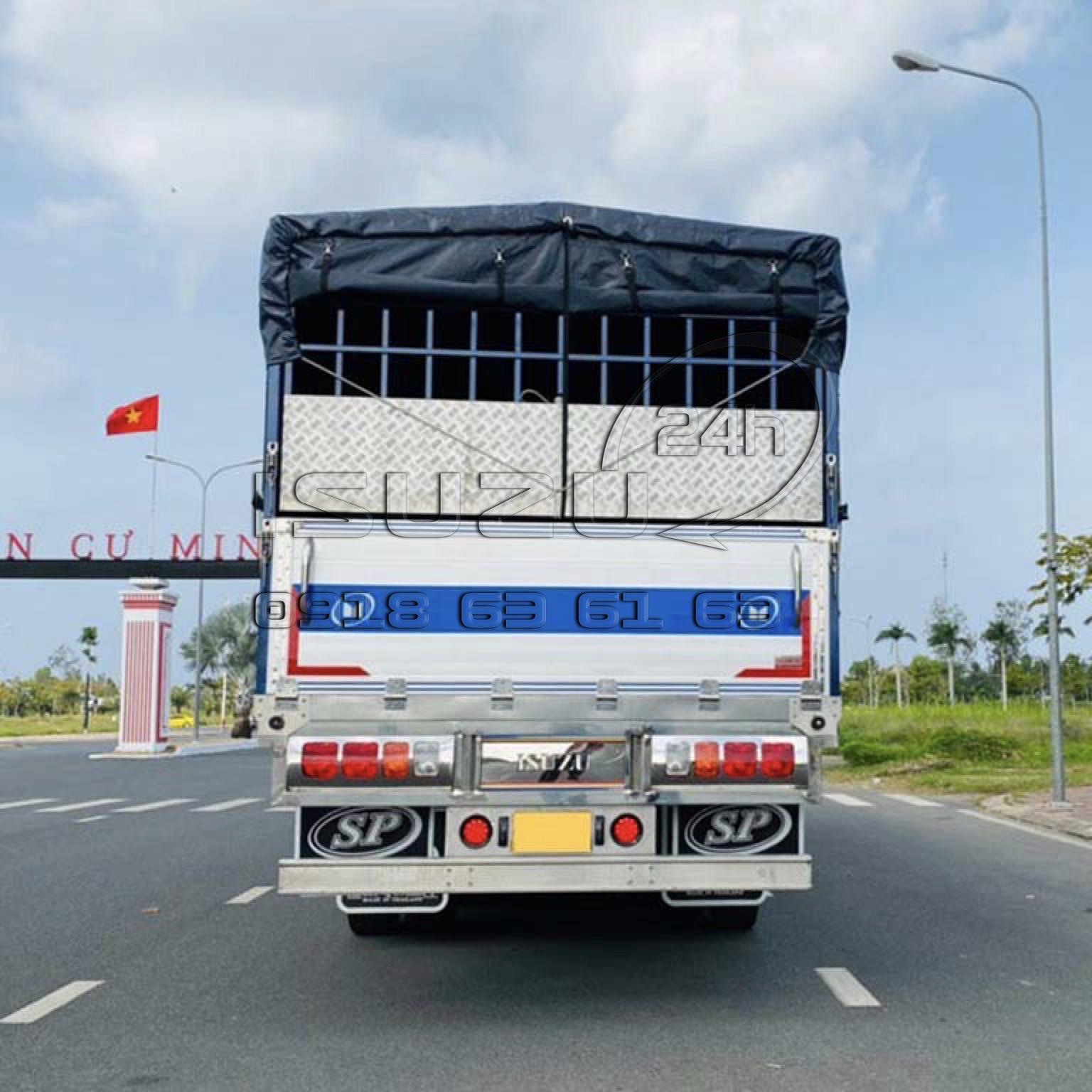 Phía sau xe tải isuzu fvm 1500 mui bạt bửng nhôm 15 tấn full inox