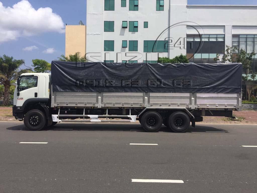 Góc nhìn cạnh bên tài xe tải Isuzu FVM 1500 15 Tấn thùng mui bạt inox