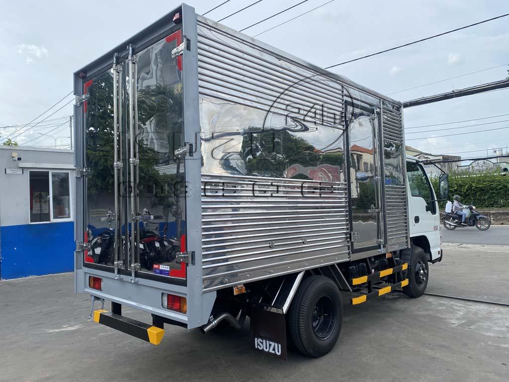 Góc nhìn sau bên phụ xe tải Isuzu QKR230 thùng kín inox 2t4