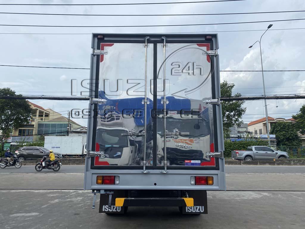 Góc nhìn sau và cửa thùng xe tải Isuzu QKR230 thùng kín inox 2t4